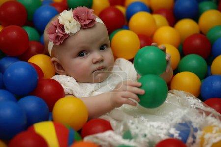 Foto de Un niño es divertirse y jugar en una fiesta de niños - Imagen libre de derechos