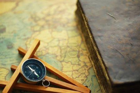 Photo pour Concept de recherche voyage et aventure. Carte ancienne avec carnet minable et boussole. Shabby book et boussole sur la table. - image libre de droit
