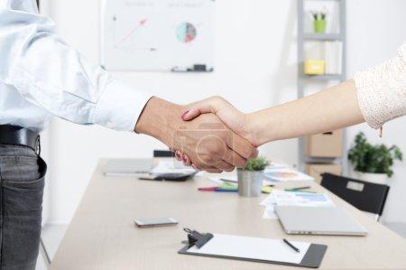 Photo pour Accord de poignée de main d'affaires entre homme et femme - image libre de droit