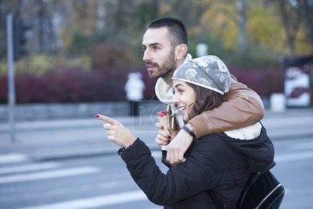 Photo pour Jeune couple amoureux dans la ville promenades - image libre de droit