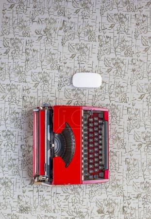 Photo pour Ancienne machine à écrire et un nouveau clavier sur fond bois vintage photographié en plein jour. Nouvelles et anciennes technologies - image libre de droit