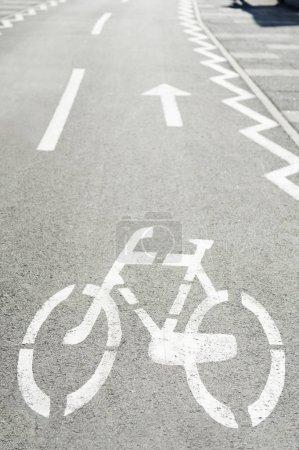 Photo pour Marque de route pour piste cyclable, panneaux routiers - image libre de droit