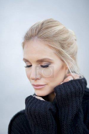 Retrato de una hermosa mujer de mediana edad con foto de pelo azul