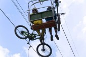 People sportsmen rise to the mountains with bicycles.