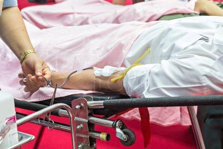 Photo pour Sang donateurs faisant don à l'hôpital, mise au point au centre - image libre de droit