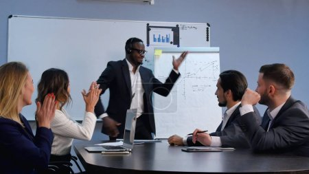 Photo pour Business man finition discours devant un large public à la danse dans une salle de conférence. Professionnel tourné en 4 k résolution. 085. vous pouvez l'utiliser par exemple dans votre vidéo, commerciaux, présentation - image libre de droit