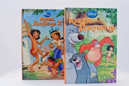 Foto de Hai, Ucrania - 28 de febrero de 2017: Libro de producción de animación Disney peliculas dibujos animados juegos de libro de la selva sobre fondo blanco. - Imagen libre de derechos
