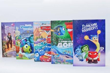 Foto de Hai, Ucrania - 28 de febrero de 2017: Juegos de libro de producción de animación Disney peliculas dibujos animados sobre fondo blanco. - Imagen libre de derechos