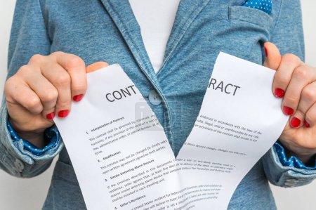 Photo pour Femme d'affaires déchirant contrat dans le bureau - rupture de contrat - image libre de droit