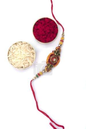 Photo pour Festival indien : fond Raksha Bandhan avec un élégant Rakhi. Un bracelet traditionnel indien qui symbolise l'amour entre frères et sœurs - image libre de droit