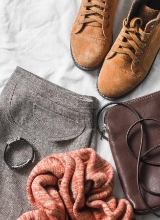 Photo pour Ensemble de vêtements pour femmes jupe, bottes en daim, écharpe, sac à bandoulière en cuir, fond clair, vue sur le dessus. Hiver, vêtements d'automne - image libre de droit