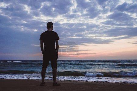 Photo pour Homme debout regardant la vue sur l'océan Sunrise. Belle matinée lever de soleil sur la mer Andaman et les îles Nicobar. Inde - image libre de droit