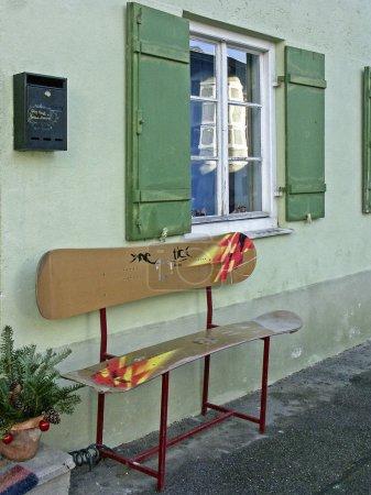 Photo pour Curieuse banque de la maison en snowboard à motifs - image libre de droit