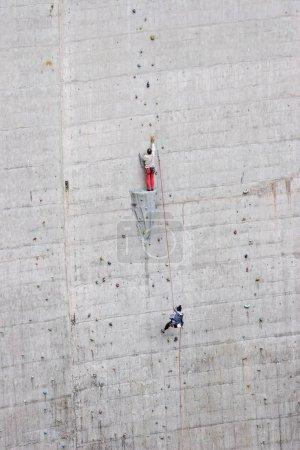 Photo pour Poignées artificielles sur un barrage puissant ravir les grimpeurs enthousiastes - image libre de droit