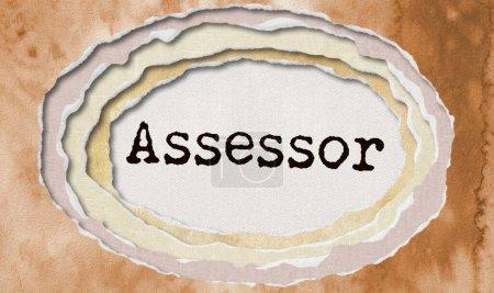 Assessor - maschinengeschriebenes Wort in zerlumptem Papierlochhintergrund - Konzept zerfledderte Illustration