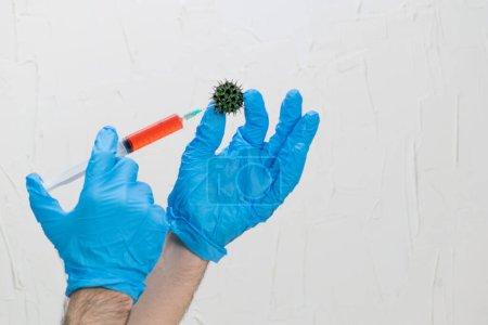 Photo pour Seringue tenue par les mains appliquant le prétendu vaccin covid-19 rouge liquide - image libre de droit