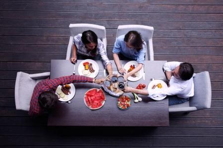 Foto de Cuatro amigos cenando, vista superior - Imagen libre de derechos