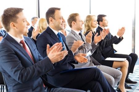Photo pour Public de gens d'affaires heureux assis devant la salle de formation, salle de conférence, applaudissant à haut-parleur - image libre de droit