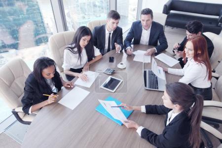 Photo pour Réunion d'affaires de diverses personnes autour de la table - image libre de droit