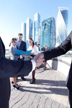 Photo pour Les gens d'affaires serrent la main à la fin d'une réunion à l'extérieur - image libre de droit