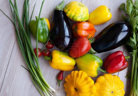 Photo pour Assortiment de légumes organiques / sur le bureau en bois - image libre de droit