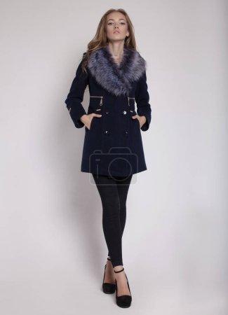 Photo pour Mannequin dans des vêtements de couleur - image libre de droit
