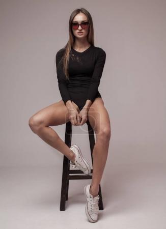 Photo pour Sexy jeune femme en lingerie sensuelle. Jeune fille qui pose en studio. Jambes longues femme. - image libre de droit