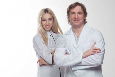 Foto de Amistosos médicos masculinos y femeninos - Imagen libre de derechos