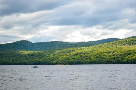 Photo pour Vue panoramique du lac dans le parc national . - image libre de droit