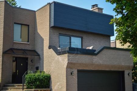 Photo pour Cher maison moderne avec grandes fenêtres à Montréal, Canada. - image libre de droit