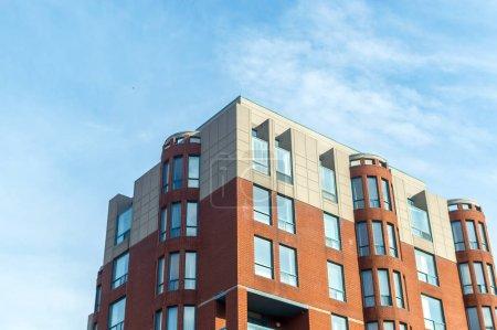 Photo pour Immeubles de condos modernes avec de grandes fenêtres à Montréal, Canada . - image libre de droit