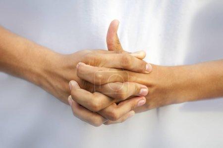 Photo pour Doigts d'entrelacement isolés des deux mains et extension d'un doigt formant Linga Yoga mudra sur fond blanc. Tir horizontal. - image libre de droit