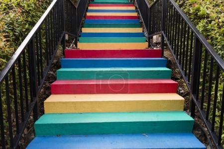 Photo pour Escalier peint en arrière-plan de couleurs arc-en-ciel - image libre de droit