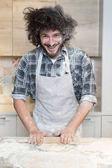 Az ember a konyhában főzés