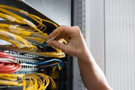 Photo pour Fixation de câbles dans les routeurs de réseau serveur salle de main - image libre de droit