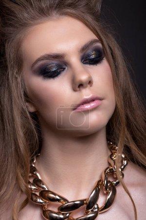 Porträt einer schönen Teenie-Mädchen mit einer wunderbaren Frisur und cr