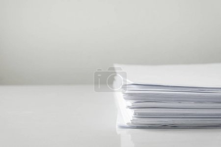 Photo pour Papiers vierges sur table blanche, documents vierges pile papier sur bureau . - image libre de droit