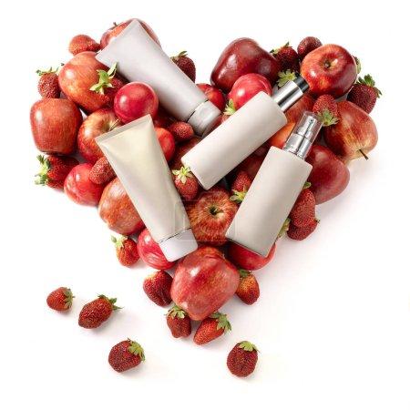 Photo pour Contenants cosmétiques génériques sur les fruits sains forme de coeur. - image libre de droit