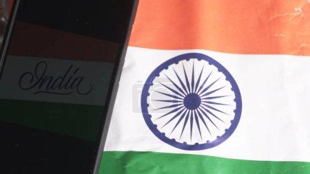 Photo pour Téléphone portable sur le drapeau indien, Concept pour le jour de l'indépendance indienne et le jour de la République. Un endroit pour le texte à l'écran. - image libre de droit