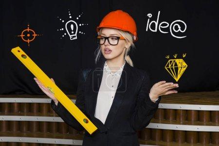 Photo pour Belle femme d'affaires blonde avec designer ou architecte est debout contre le mur de béton avec croquis de démarrage sur elle. Concept de lancement de projet . - image libre de droit