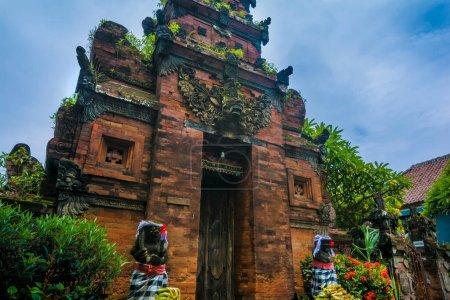 Photo pour Statues à l'entrée d'un temple hinduiste à Bali, Indonésie. - image libre de droit