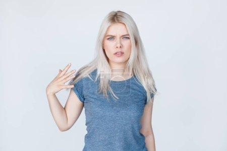 Photo pour Mode swag sexy blonde jeune femme montrant le geste grossier sur fond blanc. Assez. Ne pas m'emmerder. Allez-vous-en - image libre de droit