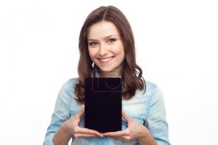 woman showing the screen of device