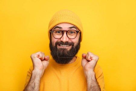 fröhlich aufgeregten Hipster-Mann