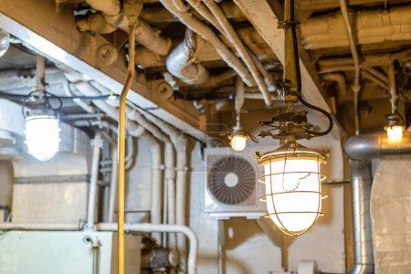 Foto de El área mecánica del barco. compartimiento de motores. Luces fijadas. - Imagen libre de derechos