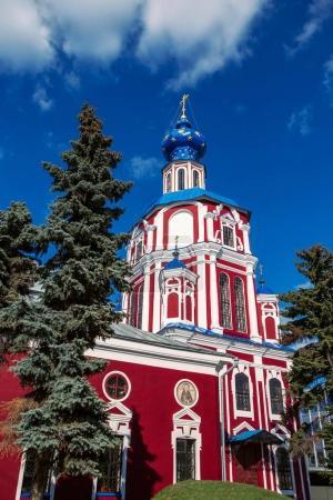 Photo pour Le bâtiment de l'Eglise contre le ciel bleu vif . - image libre de droit