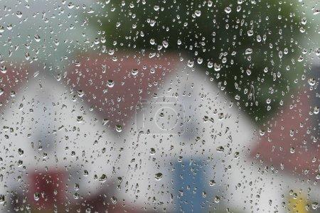 Photo pour Gouttes de pluie sur une vitre - image libre de droit