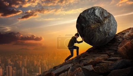 Photo pour Homme d'affaires poussant grande pierre vers le haut de la colline, Business lourde tâches et problèmes concept . - image libre de droit