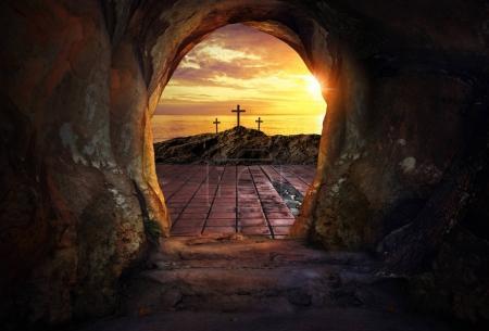 Foto de Tumba vacía con tres cruces - Imagen libre de derechos