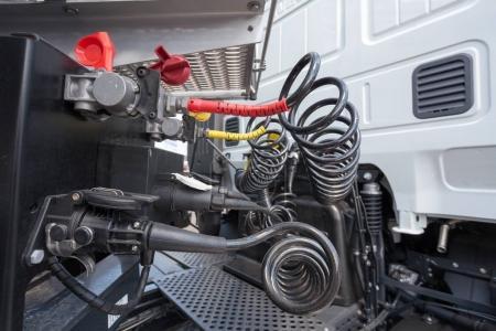 Photo pour Tuyaux moteur et à air comprimé d'un camion - image libre de droit